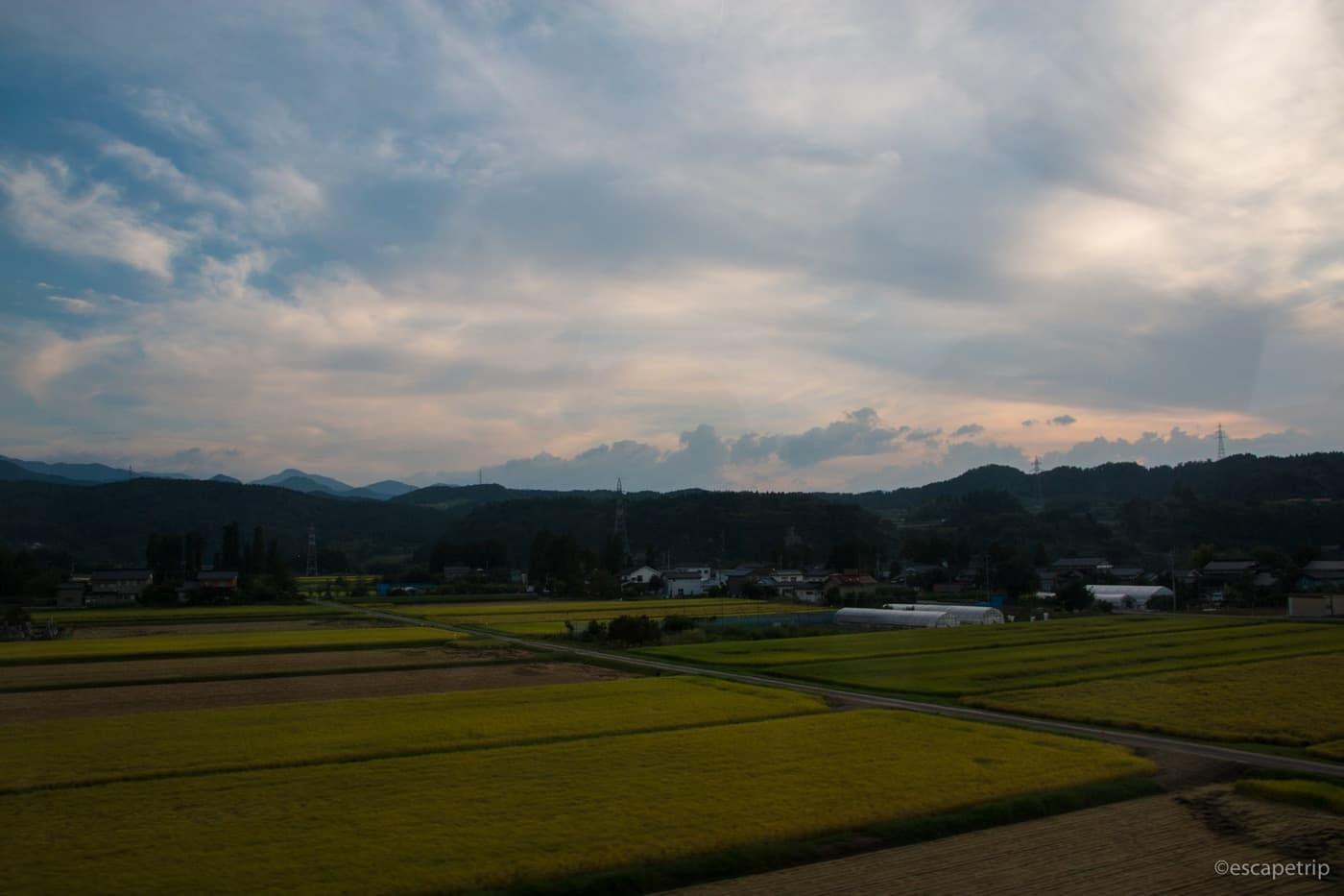 日が暮れる田園風景