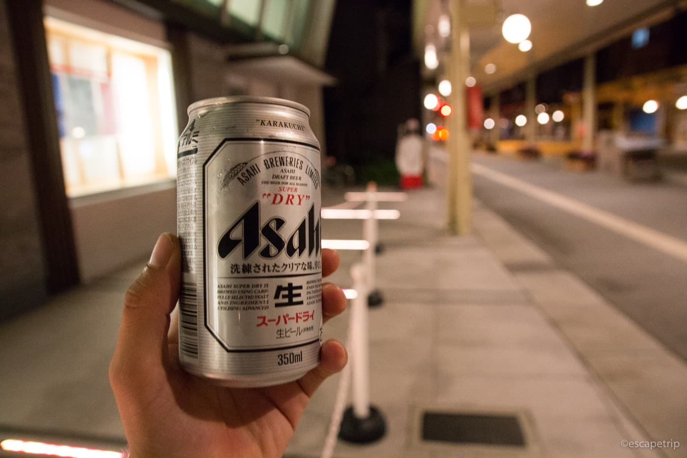 高山の街並みとビール