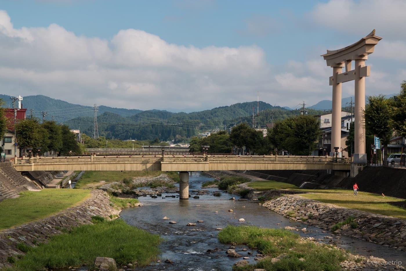 高山にある橋と鳥居