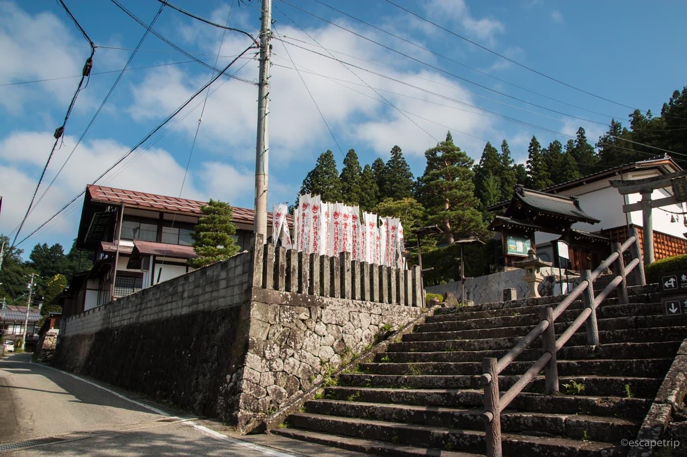 高山の神社の階段と青空