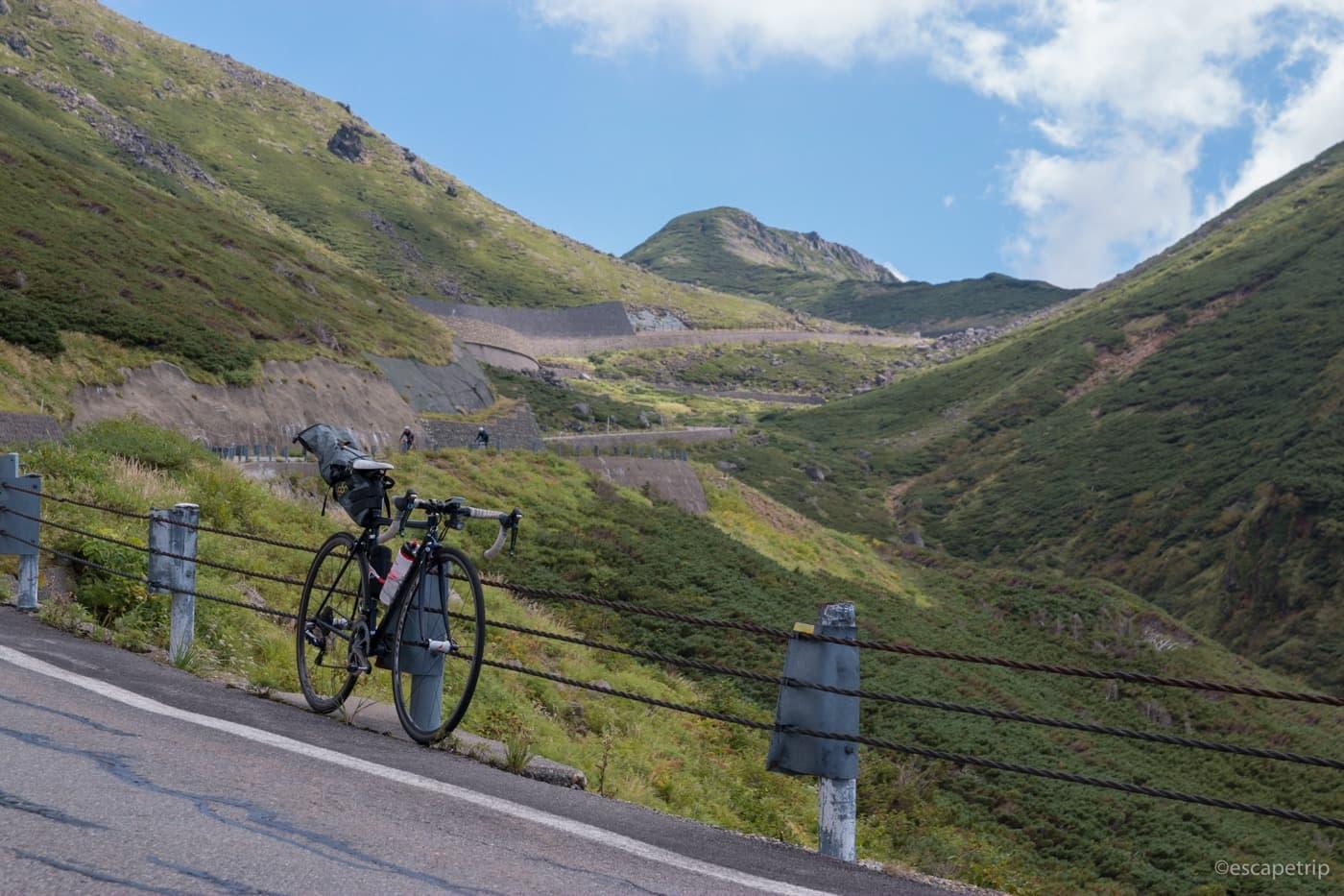 乗鞍岳の登り道とロードバイク