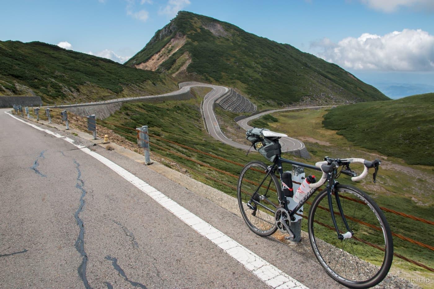 つづら折りの乗鞍スカイラインとロードバイク
