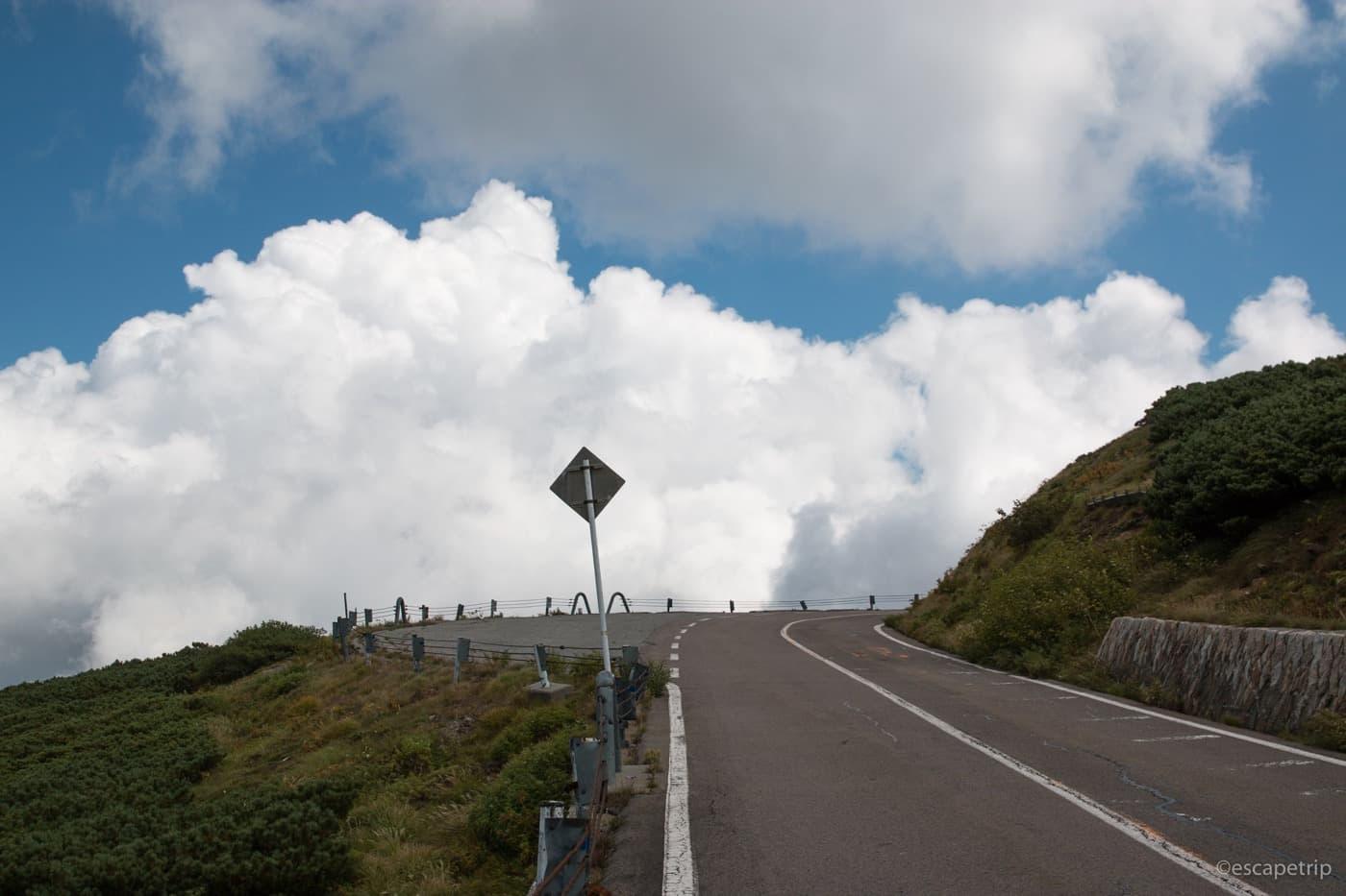 雲と同じ高さの道路