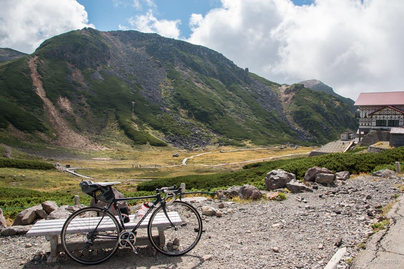 乗鞍岳のお花畑とロードバイク