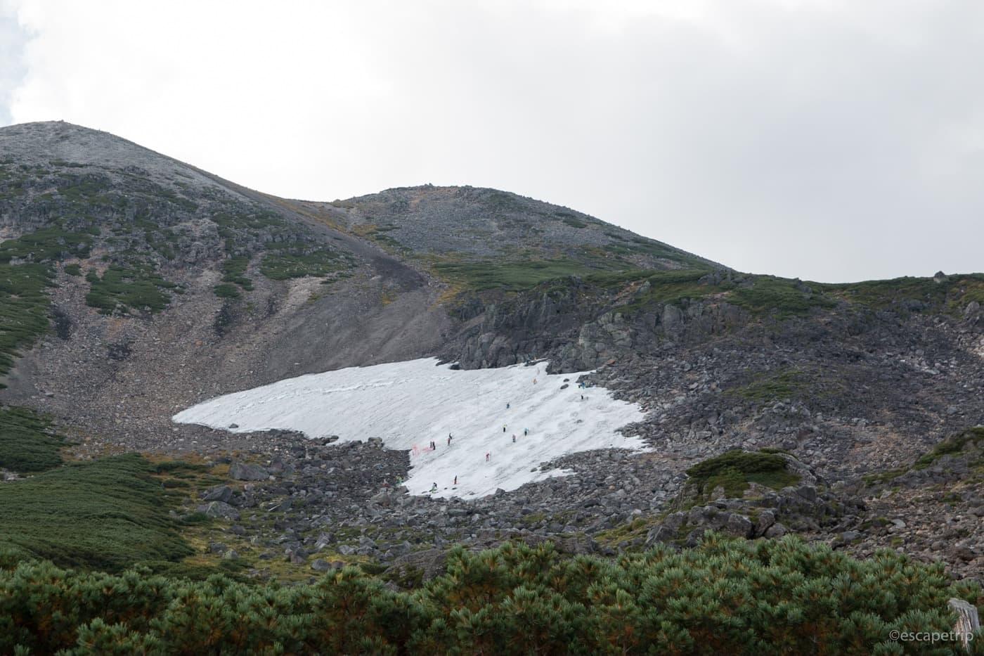 乗鞍岳の残雪でスキー