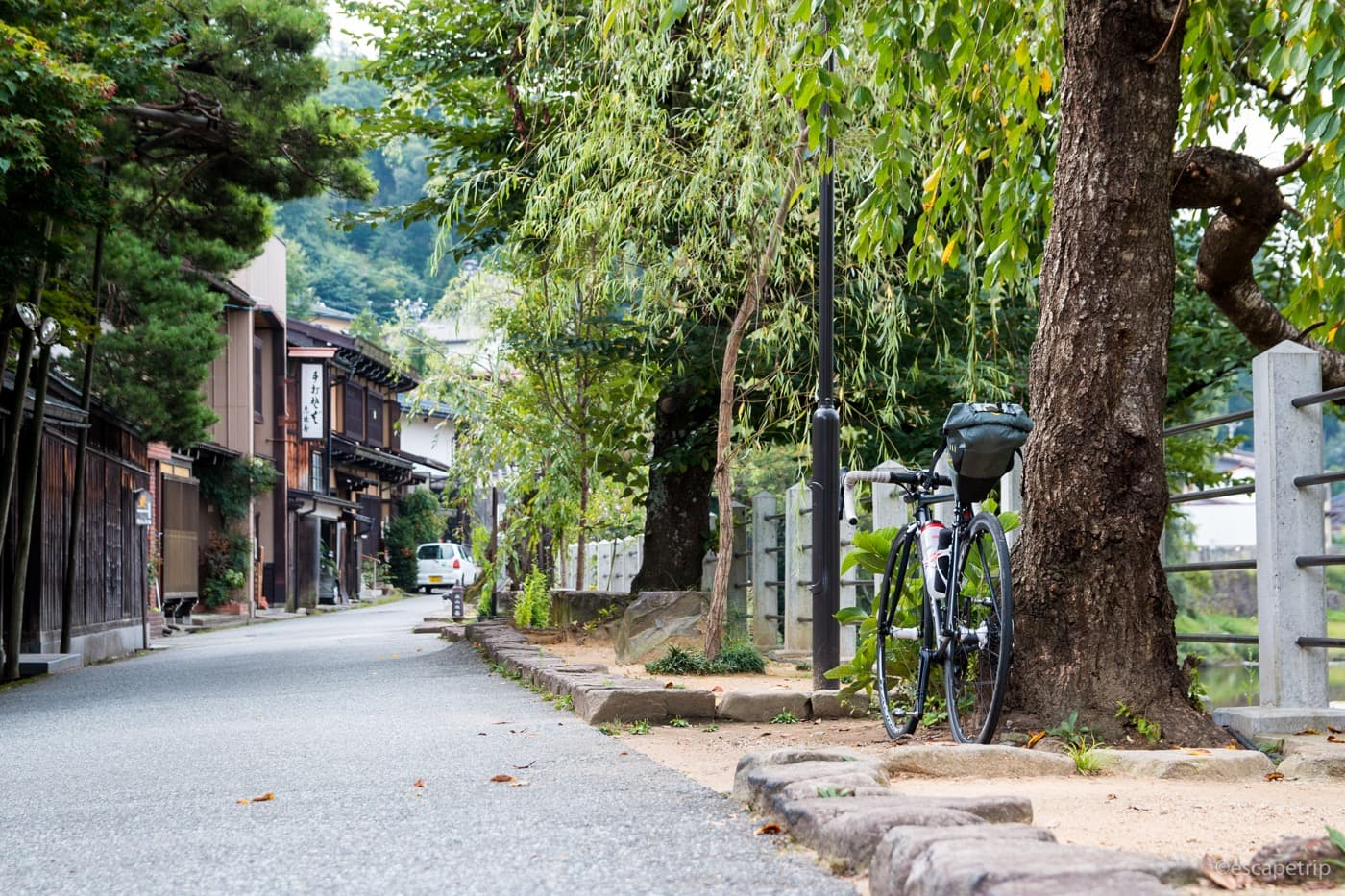昔ながらの街並みとロードバイク