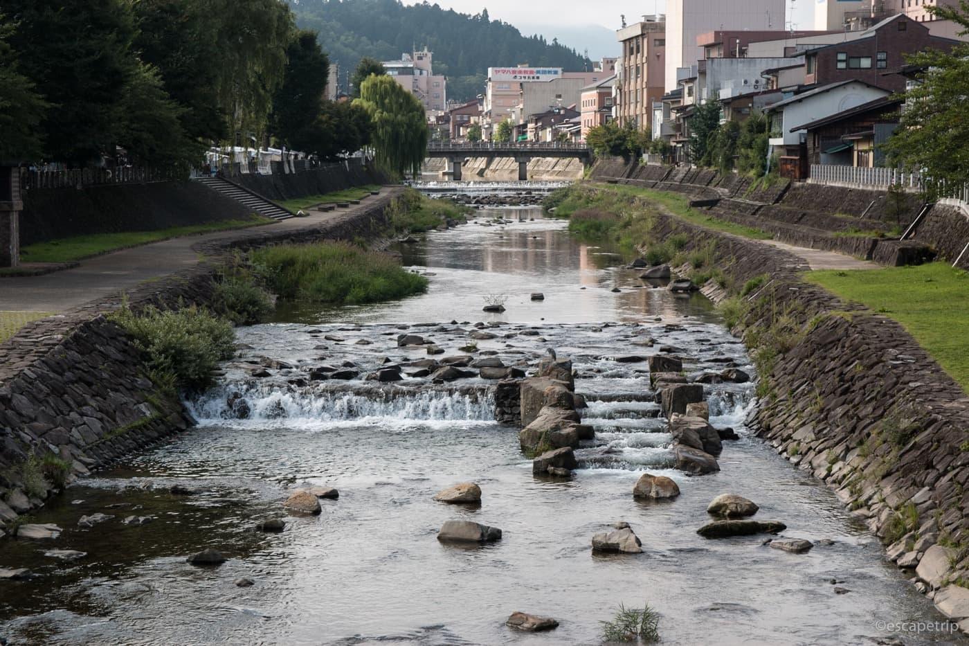 高山市の宮川の風景
