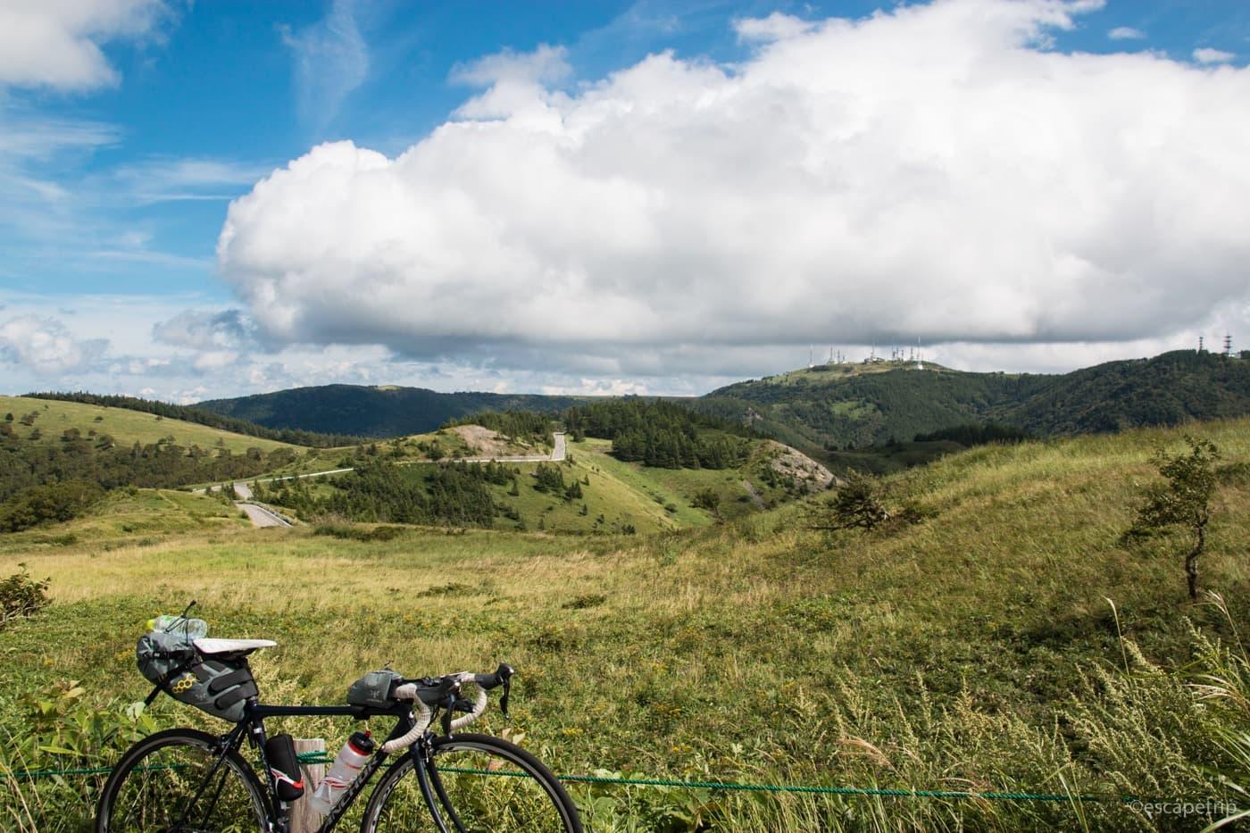 美ヶ原の草原とロードバイク