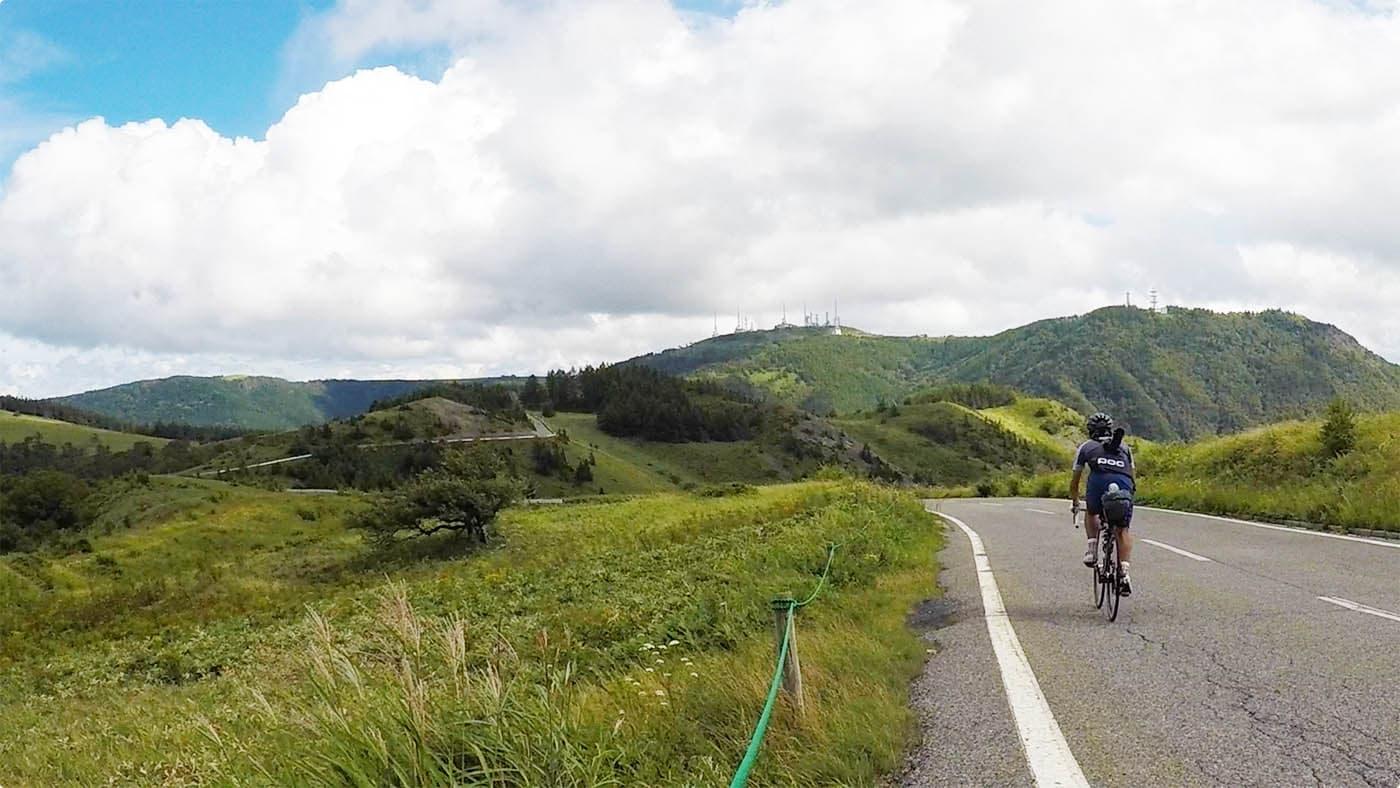 美ヶ原を走るサイクリスト
