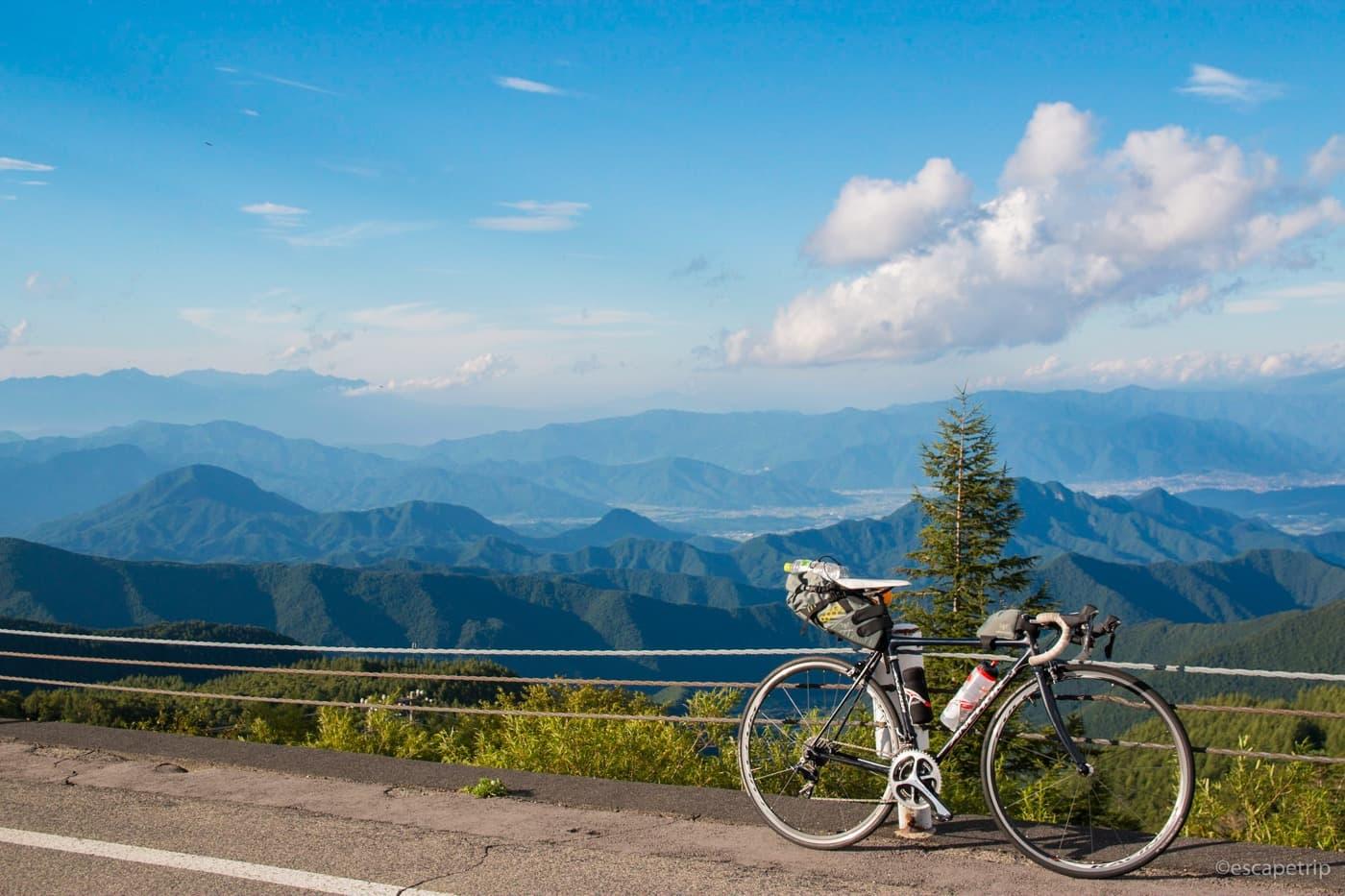 美ヶ原からの景色とロードバイク