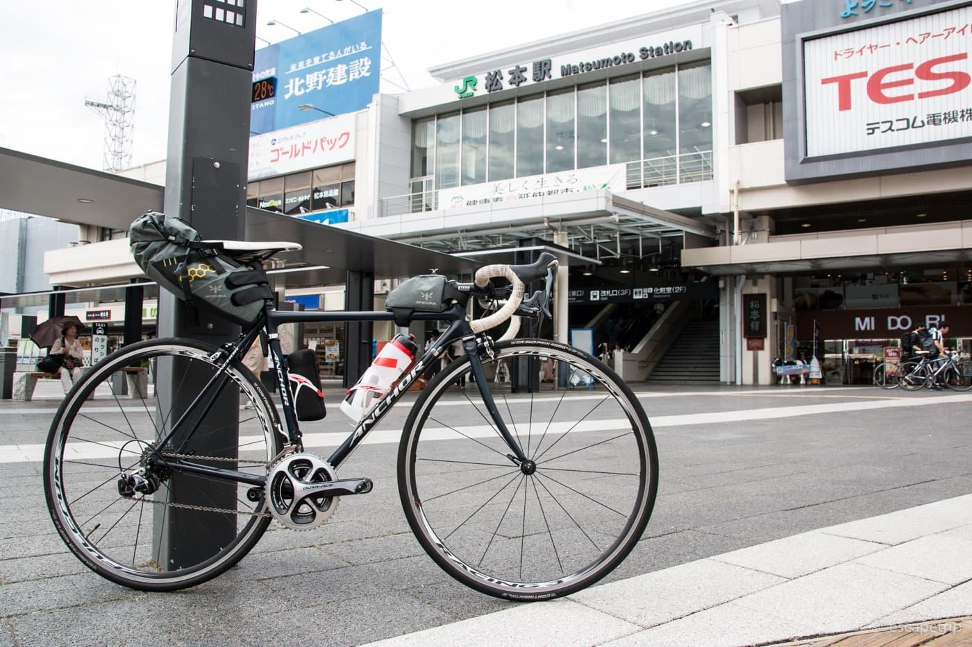 松本駅前とロードバイク