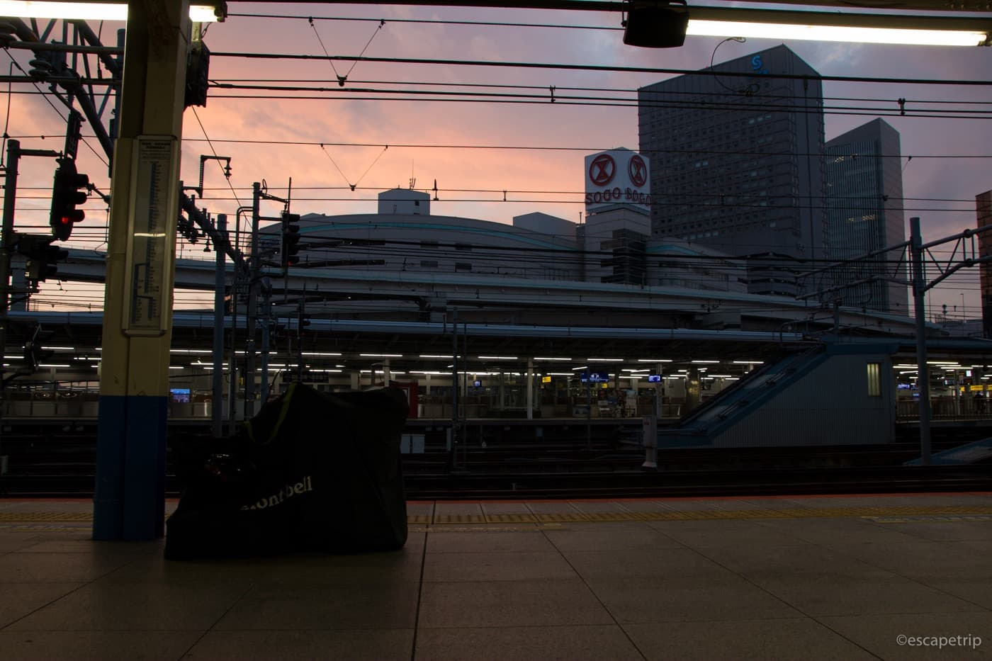 早朝の横浜駅構内