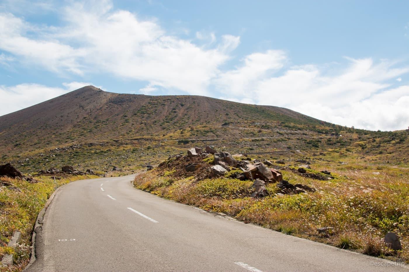 森林限界の浄土平の道路