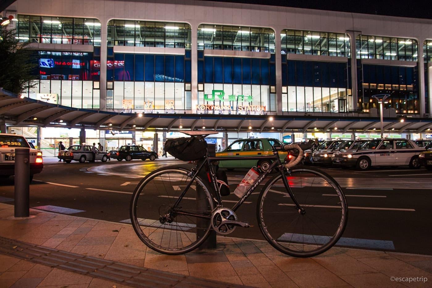夜の郡山駅とロードバイク