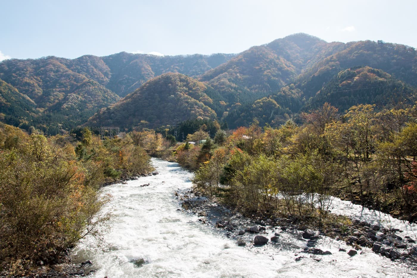 紅葉した山々と川