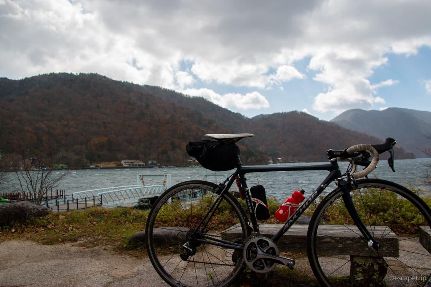 中禅寺湖とロードバイク