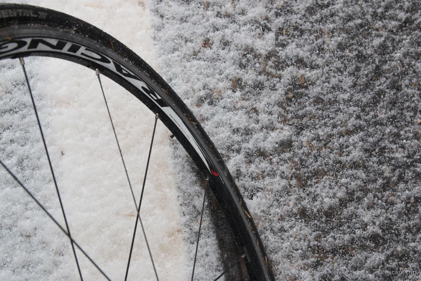 雪とロードバイクのタイヤ