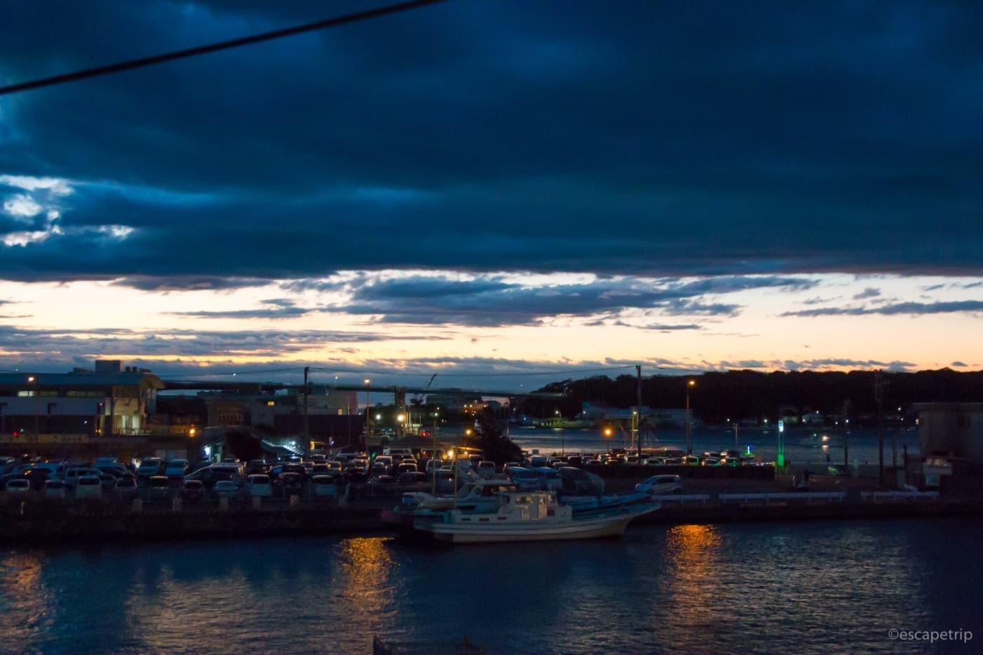 夜明け前の三浦半島の漁港
