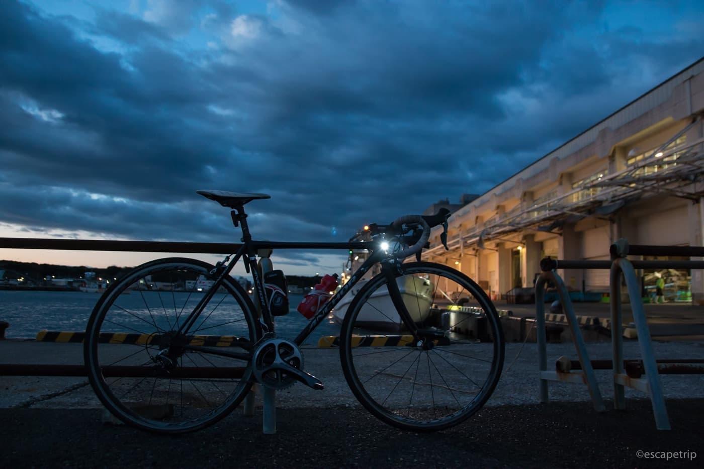 夜明け前の空と海とロードバイク