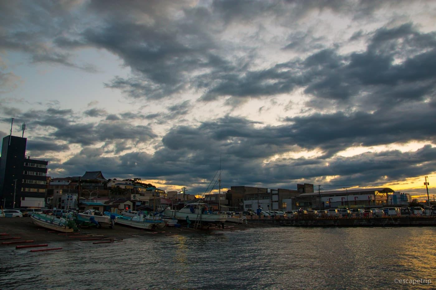 日の出と漁港