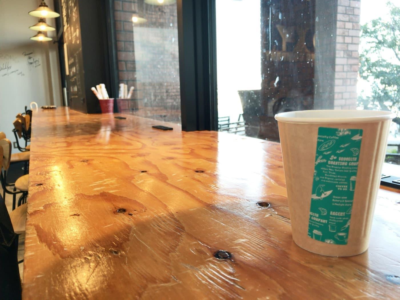 窓際の席とコーヒー