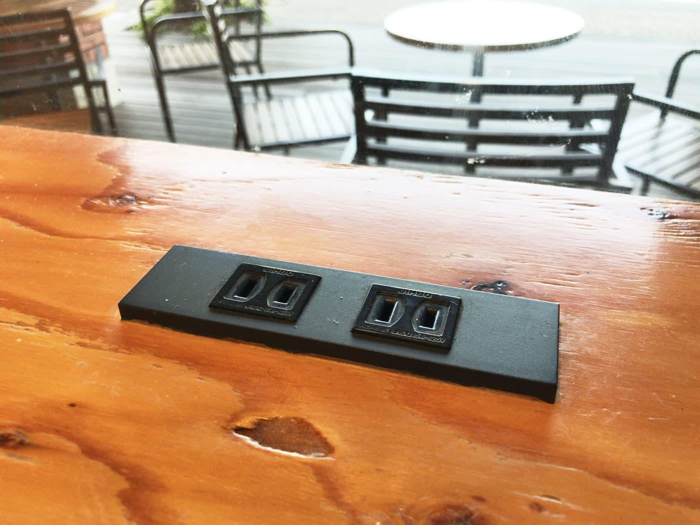 テーブルの上にある電源