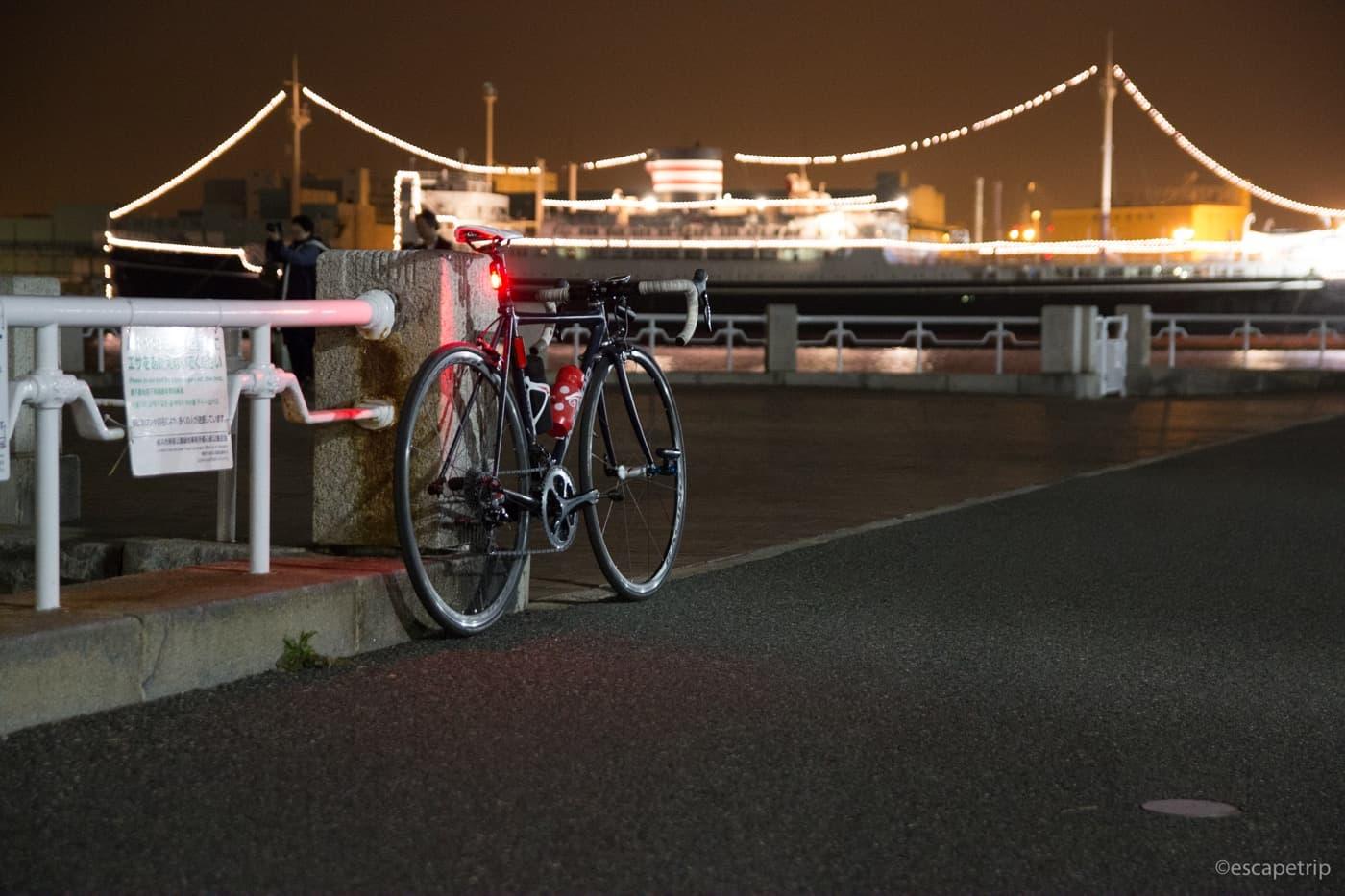 夜の山下公園とロードバイク