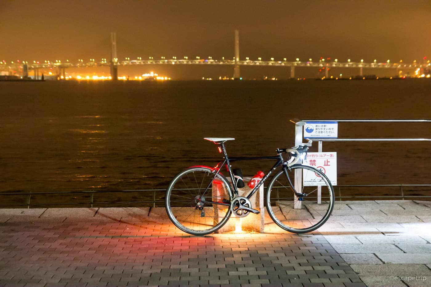 夜の臨港パークとロードバイクと横浜ベイブリッジ