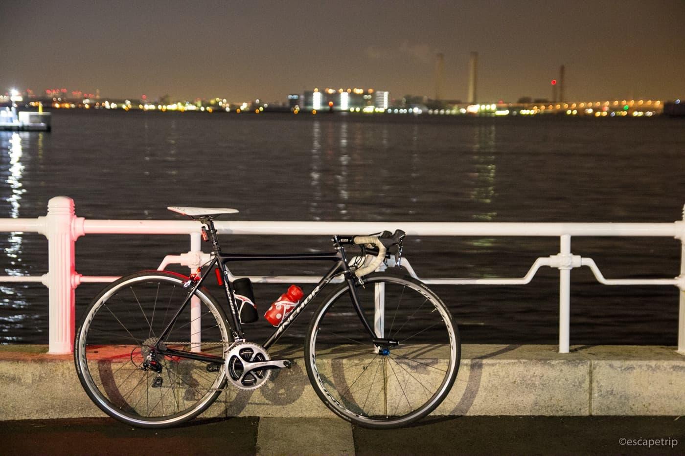 夜の海とロードバイク