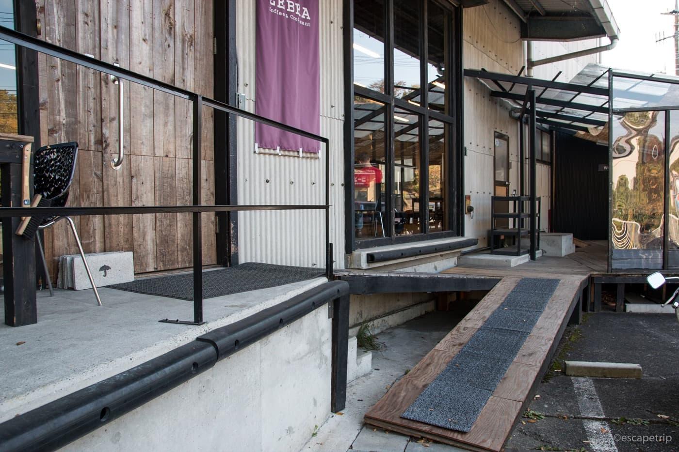 ZEBRAカフェの入り口のスロープ