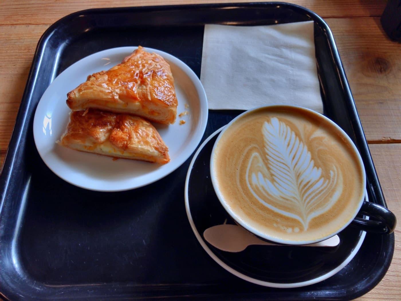カフェラテとパン