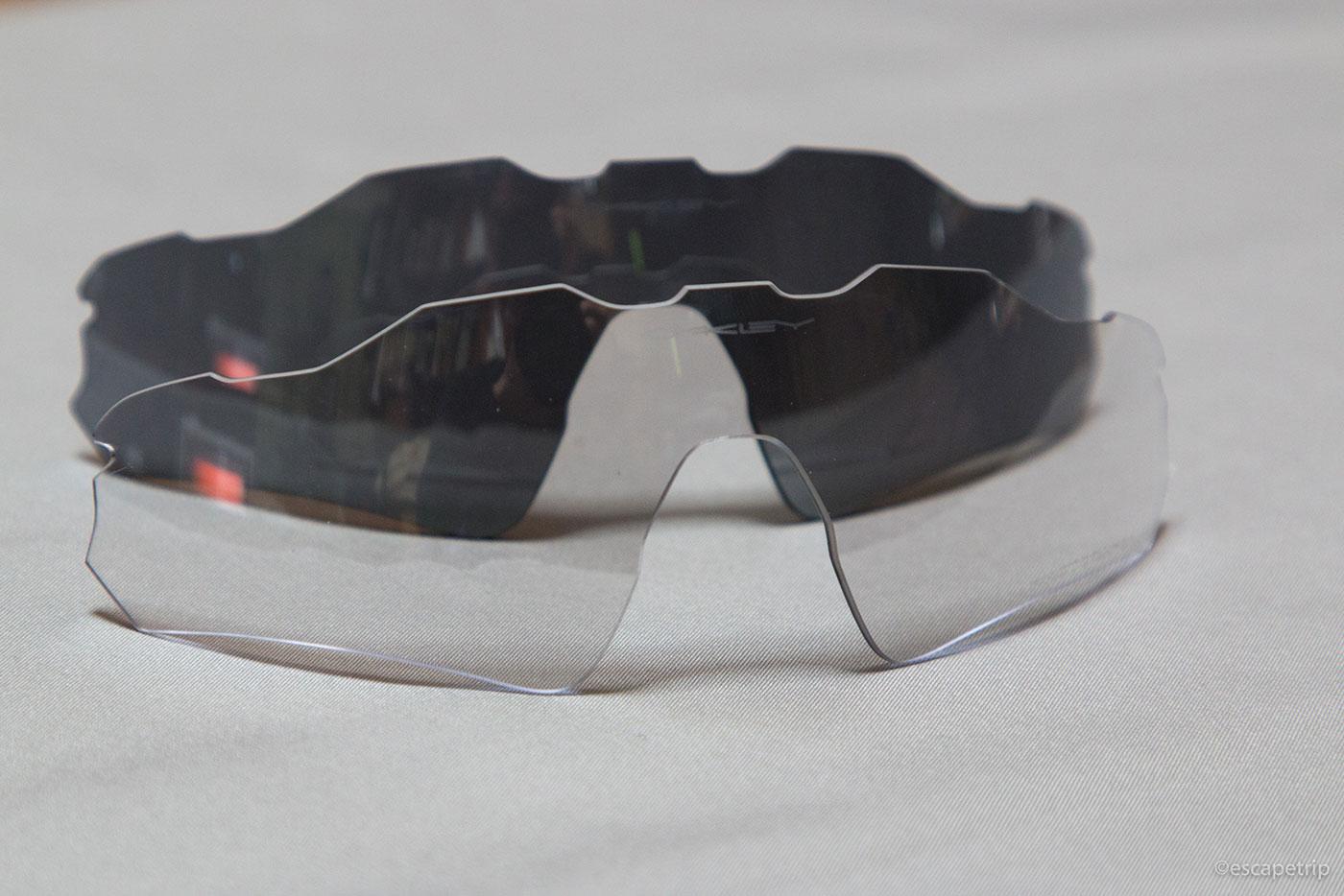 普通の黒いレンズと調光レンズの比較