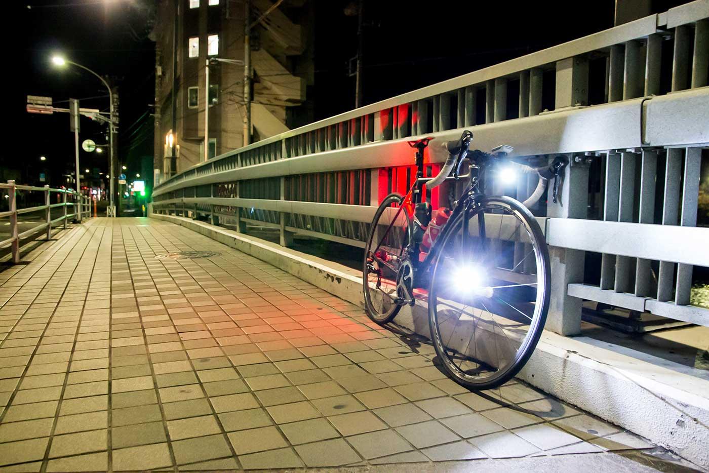 ライトを2つ取り付けたロードバイク