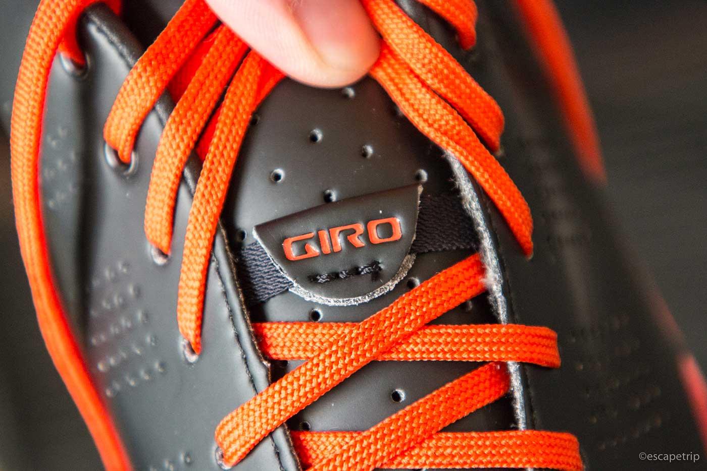 靴ひもの中にあるGIROのゴムバンド