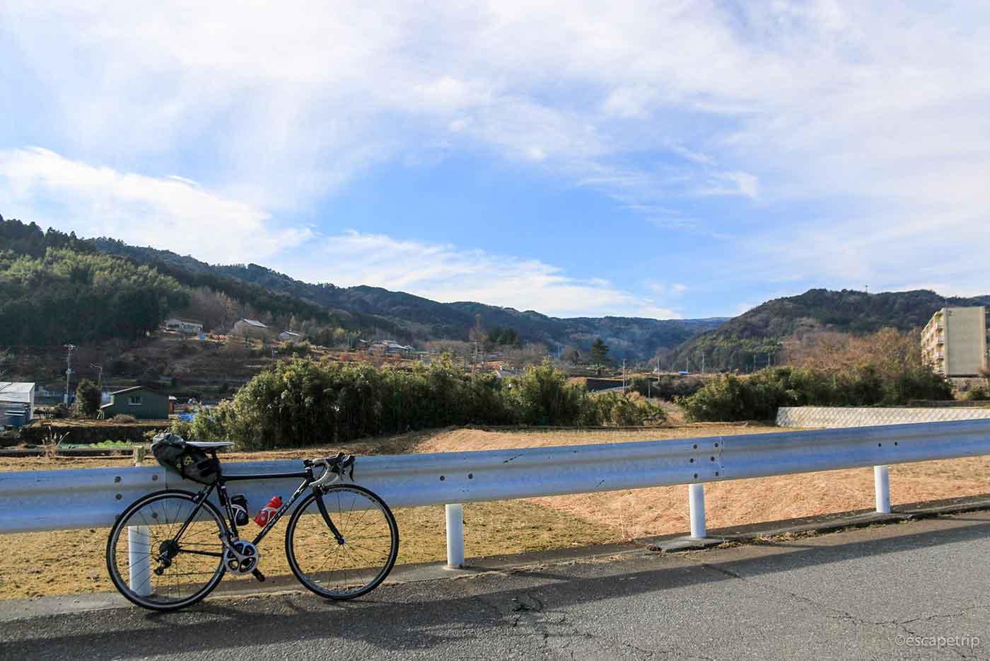 田舎の景色とロードバイク