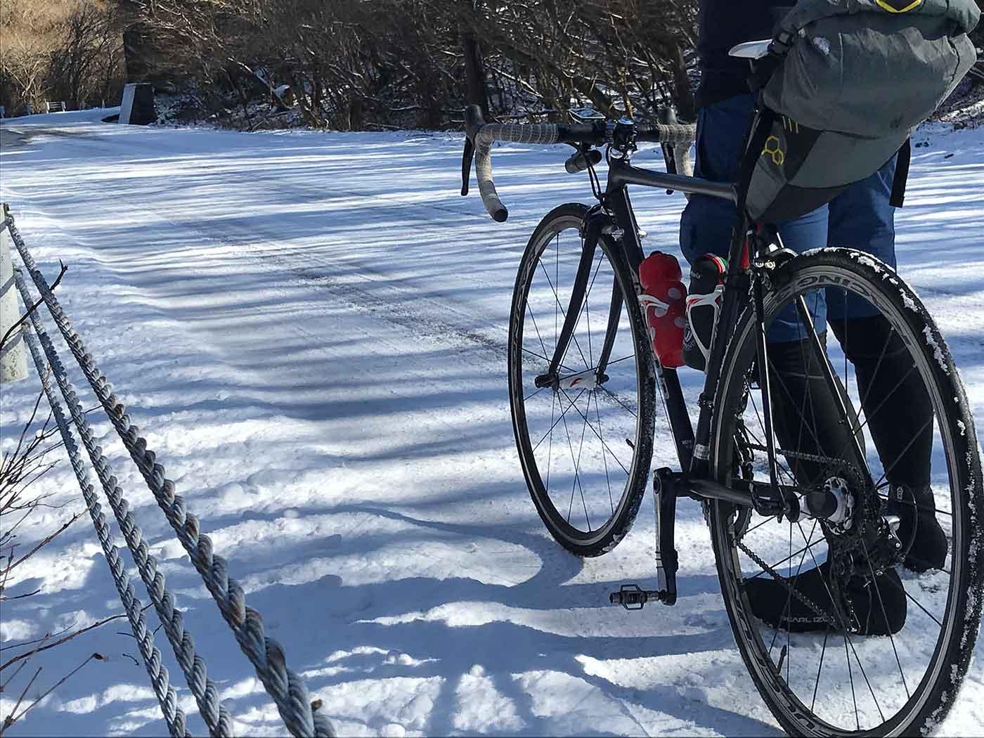 西伊豆スカイラインの雪とロードバイク