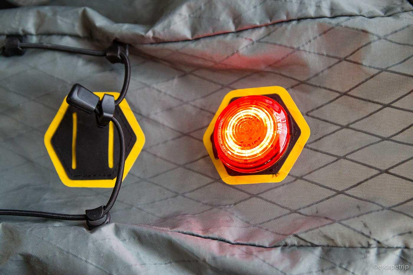 サドルバッグにクリップ式ライトを装着