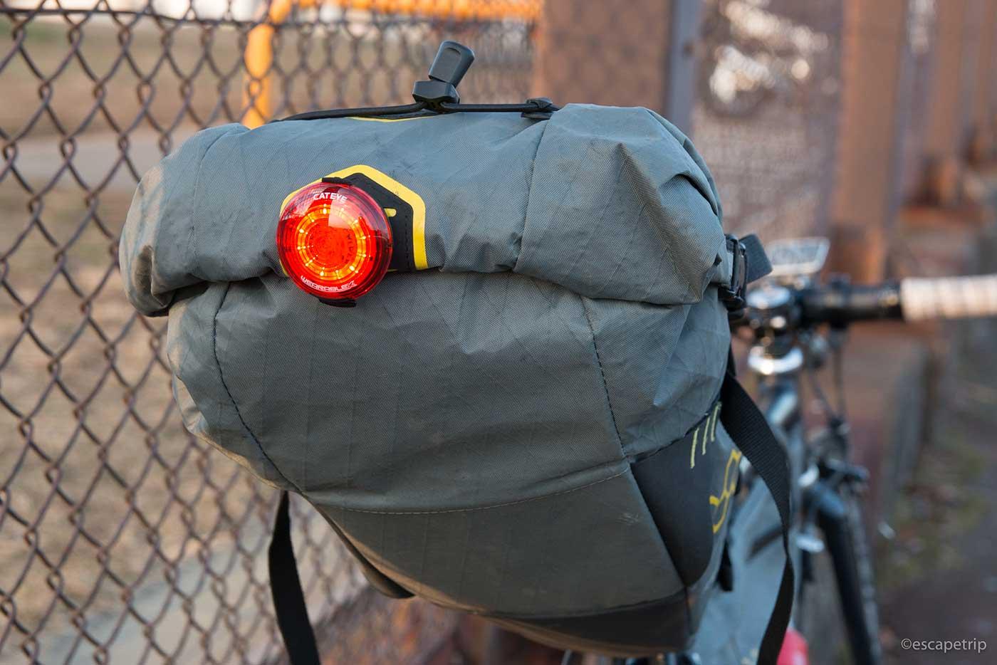 クリップ式ライトを付けたサドルバッグ