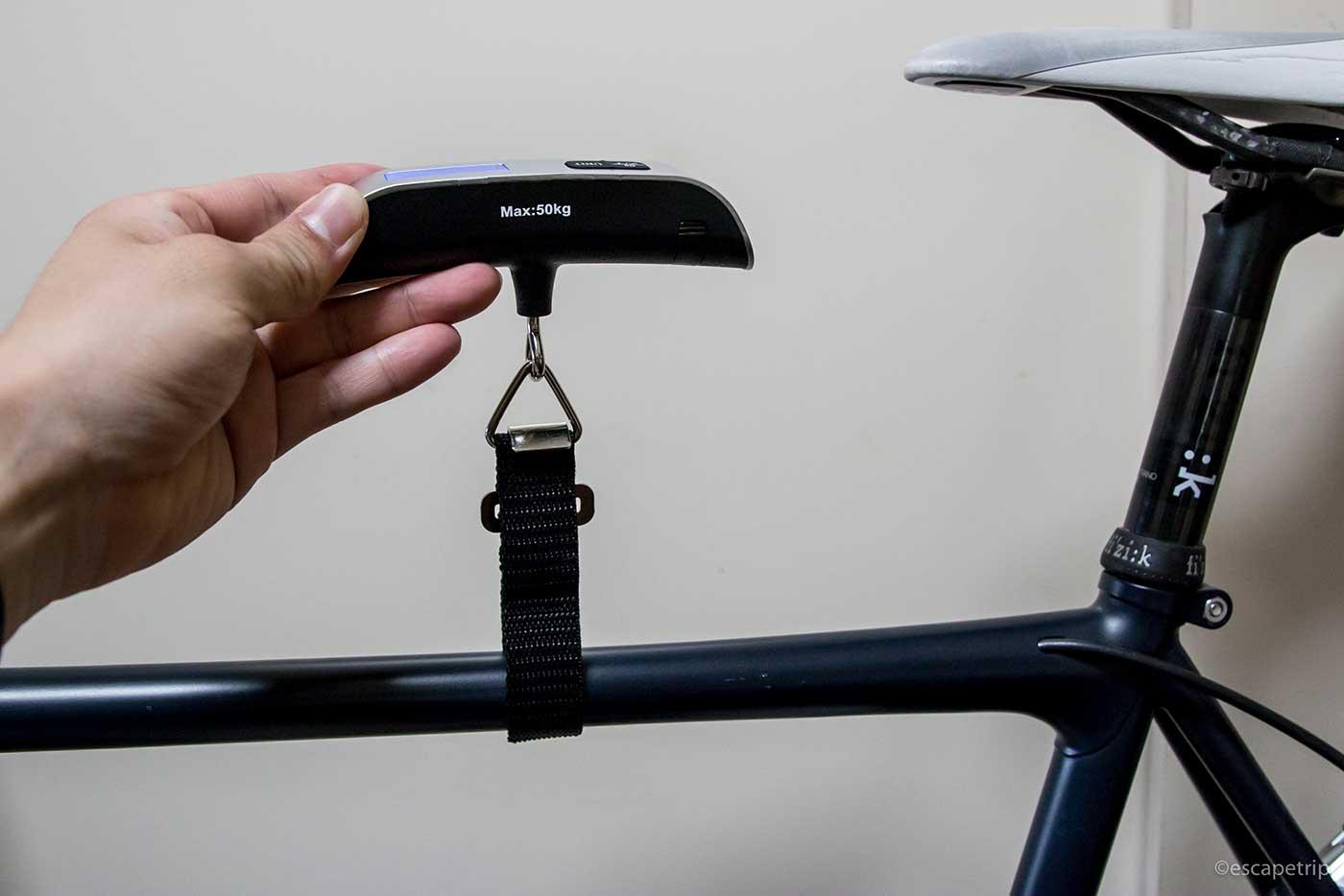 自転車の重さを測っているところ