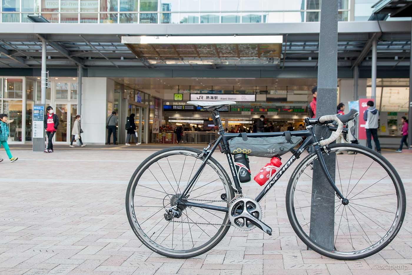 熱海駅とロードバイク