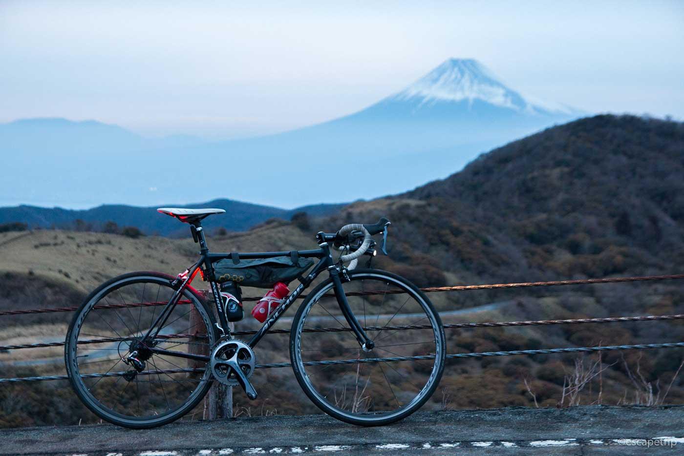 西伊豆スカイラインの富士山とロードバイク