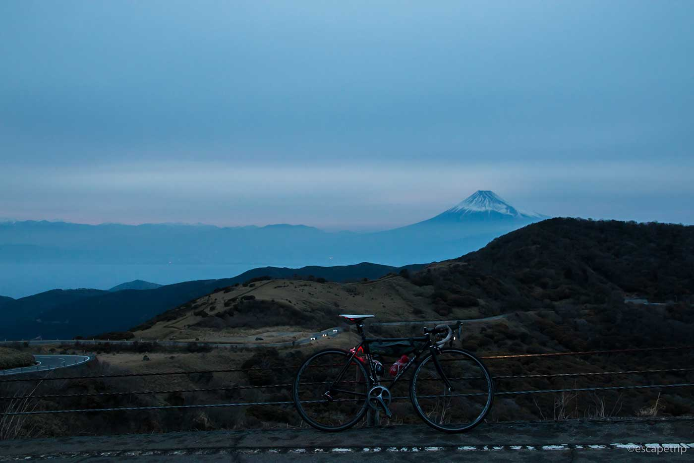 夕暮れの西伊豆スカイラインと富士山とロードバイク