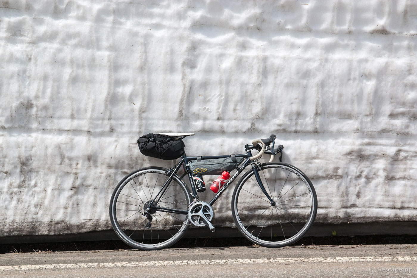 雪の壁とロードバイク