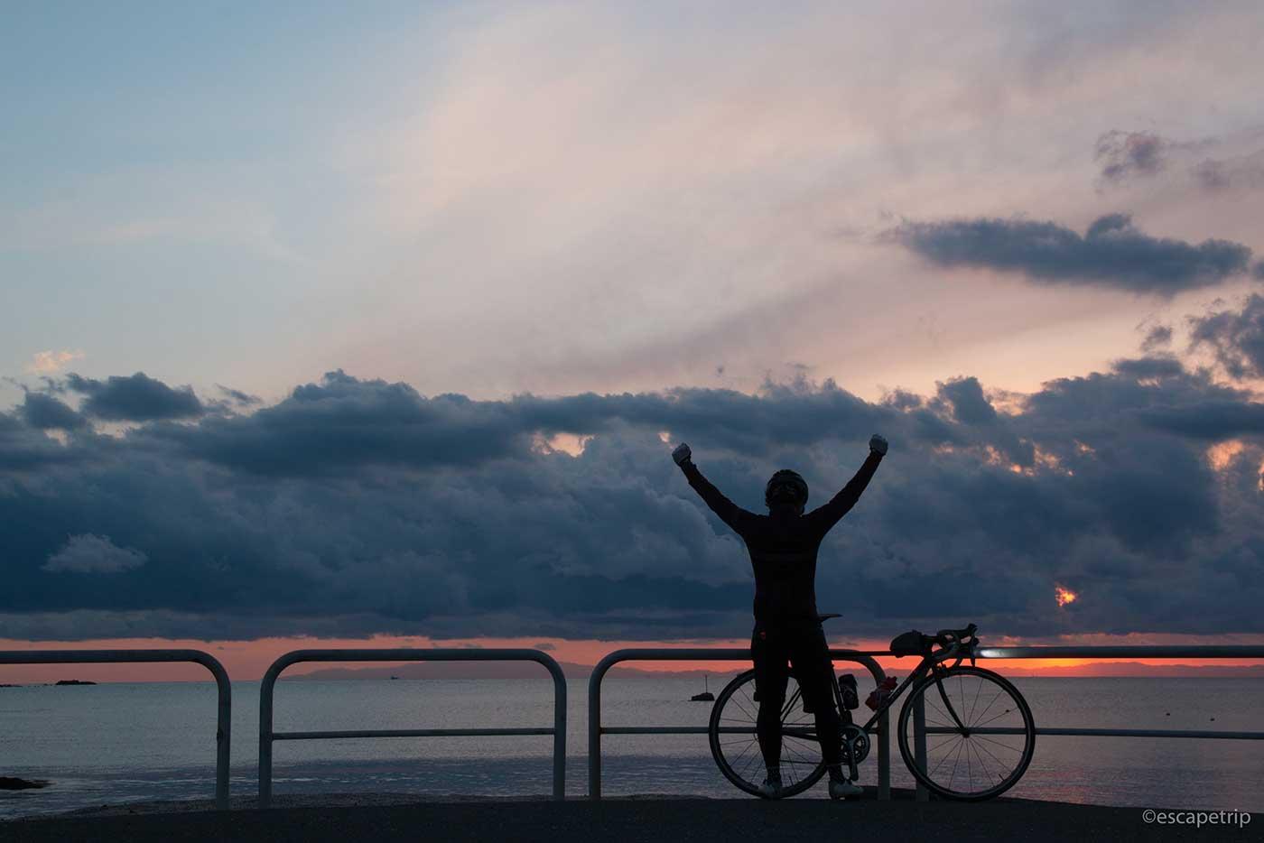 夕暮れとロードバイクと自撮り