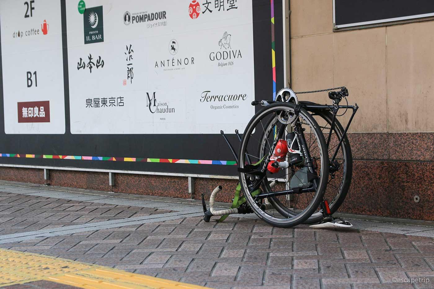 横浜駅前で輪行作業
