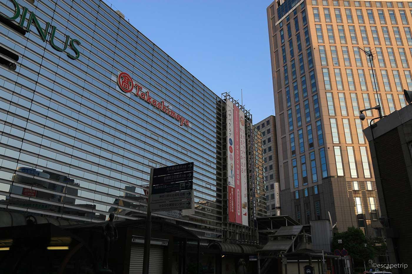 早朝の横浜駅と朝日