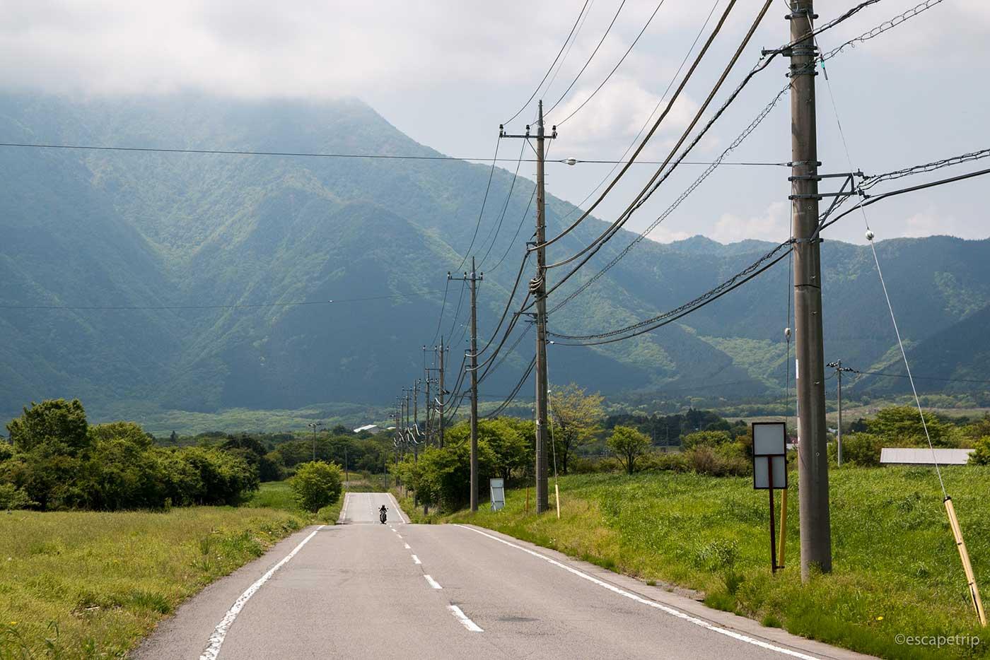 草原と山々と道