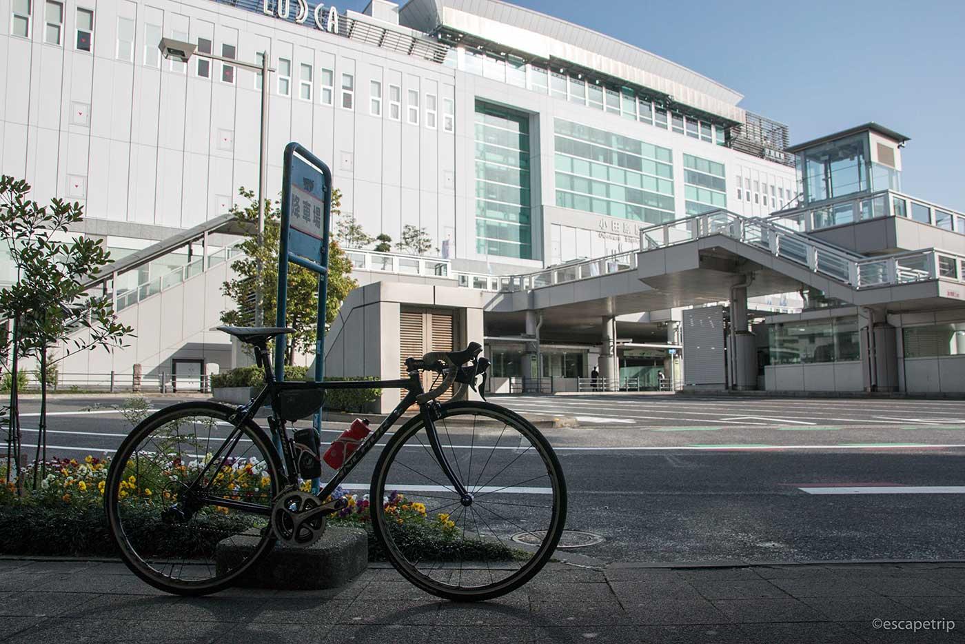 小田原駅とロードバイク