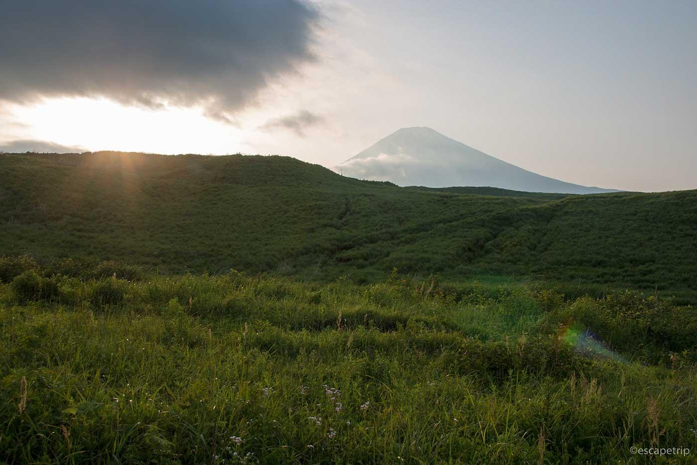 草原と富士山