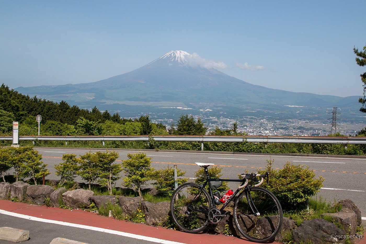 富士山とロードバイク